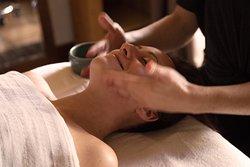 """Le massage liftant du visage japonais est une technique de soins ancestrale signifiant """"ancienne voie de la beauté"""". Véritable rituel de soin, il vise à combattre le vieillissement du visage en diminuant les effets du stress sur les rides d'expression. De plus, comme tous les massages asiatiques il travaille sur l'équilibre du """"QI"""", l'énergie vitale et ainsi apporte équilibre et harmonie dans tout le corps."""
