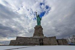 Nieve en la Estatua de la Libertad (febrero). Aunque hacía frío, la visita es muy recomendable y superó todas nuestras expectativas. Audioguía gratuita muy informativa.