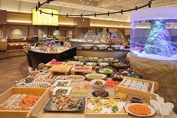 バイキングレストラン『Seeds』  富山はもちろん、北陸の食を取り込んだ、たくさんのお料理をご堪能頂けます。 新鮮なお刺身や定番のお寿司も食べ放題! 富山湾鮮魚や地元料理の他、揚げたて天ぷらや握りずしなど、多彩なメニューが目にも舌にも美味しい!! お肉が好きなお子様から、お魚が好きな方まで、 老若男女お楽しみいただけるバイキングレストラン それが『Seeds』です。 心ゆくまで、海の幸・山の幸をお召し上がりください。 また、お料理は季節により変更致します。
