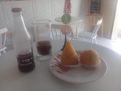 Refrigerante Orgânico Wewi Cola com Coxinha de Frango e Bolinha de Carne do Sol. Massa de Macaxeira.