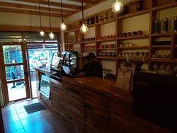 Nuestra entrada a nuestro local que exhibe nuestra oferta de pastelería y cafetería.