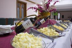 Tradicional noite de queijos e vinhos.