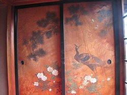 板戸に絵が描かれている