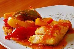 Bacalao Frito con Mermelada de Tomate y Pimientos Asados