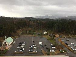 ホテル玄関前のチャペル(左)と駐車場