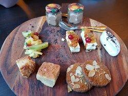 Nobel Hightea: Soep met een stukje brood Hartige broodjes (zie foto) Zoete lekkernijen (zie foto) Met elke ronde bijpassende thee. €22,50