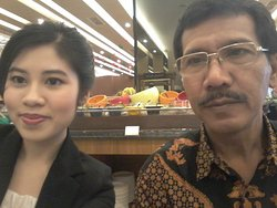 Bapak Tatang saat diwawancara oleh Matha di restoran basil Aston Batam