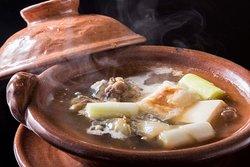 「丸鍋」は、丸(すっぽん)とねぎを底の浅い独特の土鍋でぐつぐつと煮る「たん熊北店」の名物料理。