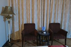 室内の椅子とテーブル