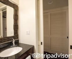 The Double Bedroom at the Courtyard by Marriott King Kamehameha's Kona Beach Hotel