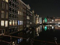 """Visita por el Red Light District con """"Alfredito""""...genial! Esta foto es de las casas frente a la estación Amsterdam Centraal, pero de camino al Barrio Rojo."""