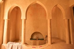 Suite Berbère : salle de bains avec une baignoire