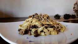 Tagliatelle fatte in casa con ragù di gallina padovana e funghi Finferli.