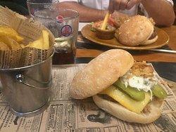 Hamburguesa y sandwich de carne de cerdo con pepinillos y cebolla . Exquisito.