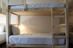 Camas en dormitorio compartido:Lámpara de lectura personal,internet y agua caliente las 24 hrs.