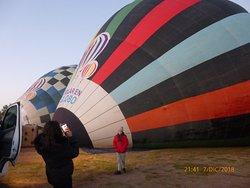 al amanecer se empiezan a levantar los globos ... es muy emocionante