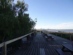 Al llegar al final de las pasarelas, se lleva al Río de la Plata.