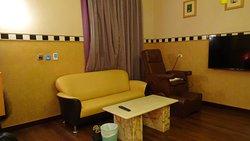 Ruime kamer met bank en massgaestoel