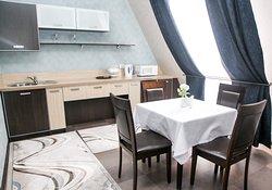 Двухкомнатный номер (41 кв.м.): гостиная - спальня с одной кроватью (180*200) и столовая с обеденной зоной. Номер предназначен для проживания 1-4 человек. В номере имеется: кухонная ниша,оборудованная необходимой техникой, ванная комната, прихожая и санузел.