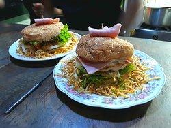 Hambuerguesas Normales rellenas con pollo o cerdo