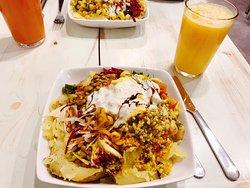 Krumpir / Ofenkartoffel mit Salaten (man kann selbst aus der Theke auswählen) und frisch gepresstem Saft