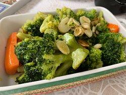 Stir-fried broccoli and carrots (vegan surprise dish)
