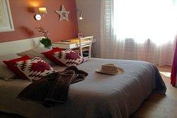 Chambre double Classique (13.5 m2) avec un grand lit (140 cm) et douche. Vue jardin et piscine.
