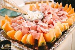 I vostri aperitivi sono accompagnati da un ricco e variegato buffet!