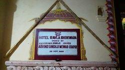 Information- und Gedenktafel auf dem Hotelgelände