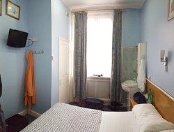 stanza - sulla sinistra la porta di accesso in una cabina con water. Sulla destra il lavabo da bagno.