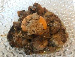 Guiso de setas de temporada con trufa, yema de huevo poché y foie