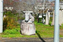 この神社に向かう車道沿いに興味深い色んな石像を見ることが出来ます。