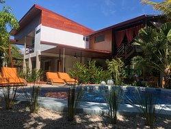 Der Pool im tropischen Garten mit Lodge