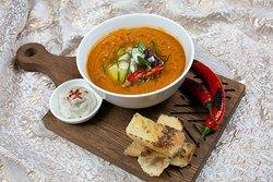 Суп буйабес из трех видов рыбы⠀  Суп буйабес принадлежит классической французской кухне, но в нашем случае имеет национальные еврейские черты благодаря кошерным ингредиентам. Шеф ресторана AVIV придал этому блюду особый шик, используя сразу три вида рыбы.