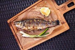 Сибас на гриле.  Сибас на гриле - одно из любимых рыбных блюд наших гостей. Эту удивительно нежную на вкус рыбу считают очень благородной. Ведь мясо сибаса имеет неповторимый вкус, к тому же оно легкое и диетическое. Попробуйте и вы эту великолепную рыбу в ресторане AVIV.  Ждем вас на летней веранде ресторана!