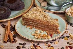 Медовик с грецкими орехами - один из любимых десертов наших гостей. Нежнейшие коржи, пропитанные вкуснейшим кремом с добавлением орехов, станут чудесным завершением ужина в ресторане AVIV.