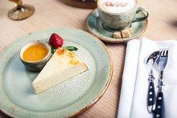 Творожная запеканка - сытный и вкусный завтрак. Попробуйте это блюдо в ресторане AVIV!