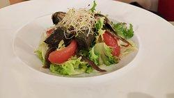 ensalada de escarola con tomate pera confitado, anchoas y alcahofas