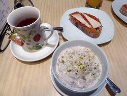 Rostat grovt bröd och yogurt med müsli