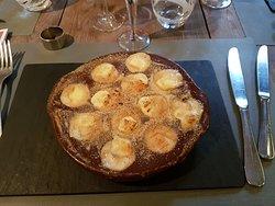 Les douze escargots de Bourgogne gratinés au Maroilles et crème d'ail douce.