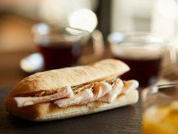 【BUNDOZA CAFE & BAR】自家製リブローストポークサンド