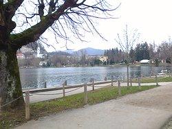 Die Uferpromenade in Bled zwischen Hotel Park und Casino.