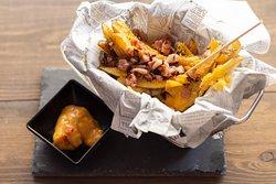 Patatas bacon&cheddar con salsa de quesos.