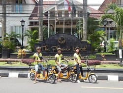 Our E Bike goes with a speed from 15 km a hour true the wonderful historical old city of Yogyakarta. Our nice English speaking tour-guides, make it a 5 hour tour with tasting food and ddrinks and meet Yogyakarta local.