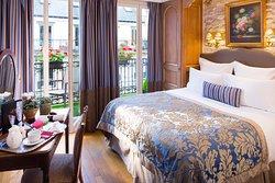 Chambre classique pour vous accueillir dans un décor de charme avec ses tapisseries !