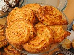 croissant de jamón y queso con salsa bechamel