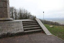 La croix de la libération, monument en granit de 16 mètres de haut à l'initiative de monseigneur LEBRUN, en reconnaissance de la protection qui a favorisé Autun à l'époque de la libération.