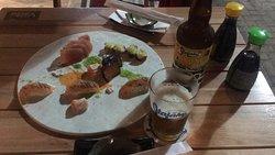 Misto de sashimis, com a novidade do Salmão Zuke, venha conhecer no Hay Sushi Itapema.