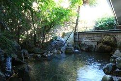 千年以上の歴史をもつ山鹿温泉は、県下最大の湯量を誇り、そのまろやかで柔らかい肌ざわりの泉質と豊富な湯量をご堪能ください。