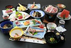 吟味された素材を使い、料理人が腕をふるう逸品の数々。熊本・山鹿ならではの旅情豊かな料理をお楽しみください。